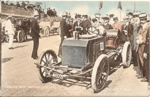 Dorothy_Levitt_driving_a_Napier_at_Brighton_July_1905 postcard WC pd